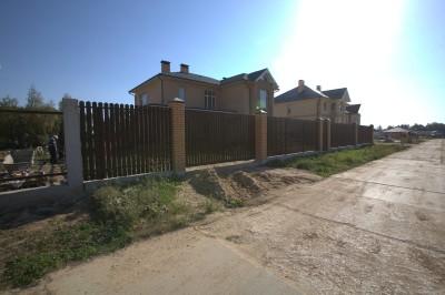 Забор из металлоштакетника на бетонной ленте