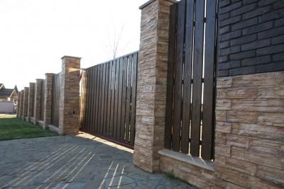 Откатные ворота с обшивкой деревянным штакетником