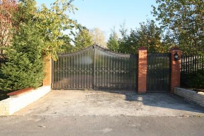 Кованые распашные ворота и калитка с зашивкой из поликарбоната