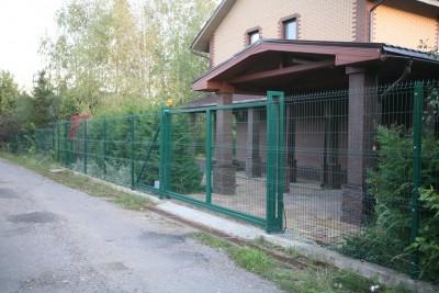 Решетчатый забор и откатные ворота