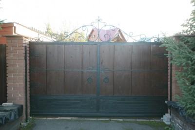 Деревянные кованые откатные ворота