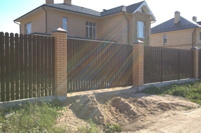 Откатные ворота с забором из металлоштакетника