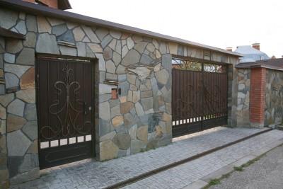 Кованые распашные ворота и калитка отделанные деревом