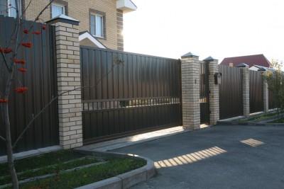 Откатные ворота и калитка из профнастила с прогалом
