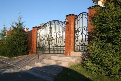 Распашные кованые ворота и калитка зашитые поликарбонатом